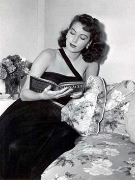Ava Gardner leyendo-Trabalibros